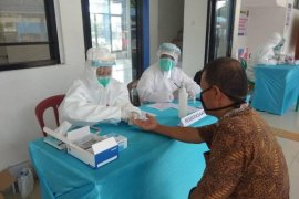Karyawan terminal bus Mandala Lebak  ikuti tes cepat COVID-19