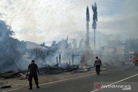 Tujuh kios di Lubuk Alung Padang Pariaman terbakar, lalu lintas Padang-Bukittinggi sempat terganggu