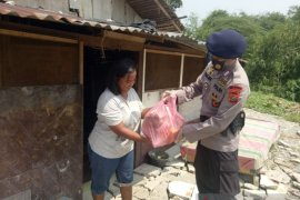 Brimob Polda Sumut bagikan sembako kepada warga terdampak COVID-19 di Medan