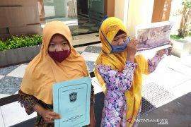 Istri dan anak mendiang Salim Kancil diperiksa Polda Jatim