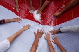 Mencuci bendera Merah Putih