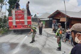 Pembersihan debu erupsi Gunung Sinabung terus dilanjutkan