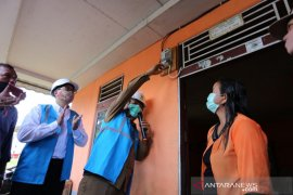Jelang HUT RI, PLN Kalbar Nyalakan Listrik 40 Desa di Kalbar