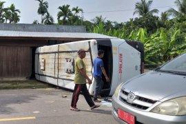 Diduga rem blong, bus pengangkut ASN terbalik di Aceh Timur