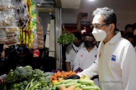 Mendag serahkan bantuan 5.000 masker di Pasar Atas Baru Kota Cimahi