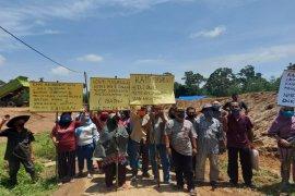 Masyarakat Huta Kahean minta  PT. HK tidak menutup Jalan desa
