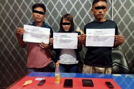 Seorang wanita muda terseret peredaran sabu-sabu,  ditangkap setelah dua tersangka pria diringkus