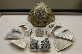 Masker COVID-19 termahal, terbuat dari emas dan bertabur berlian