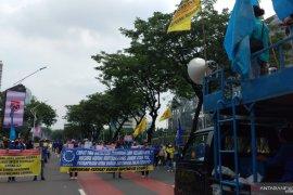Ratusan massa kembali gelar demonstrasi dekat gedung DPR/MPR