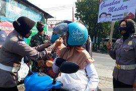 Jurnalis bersama Polres Kota Kediri bagi-bagi masker