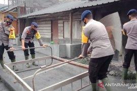 Brimob Polda Sumut bantu korban erupsi Gunung Sinabung