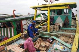 Satpolair Polres Bengkayang cek muatan kapal cegah barang ilegal di Teluk Suak