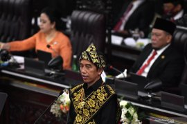Presiden Jokowi meminta para menteri ikut promosikan pemakaian masker