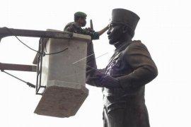 Membersihkan patung pahlawan