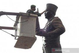 Prajurit TNI rawat patung Soekarno