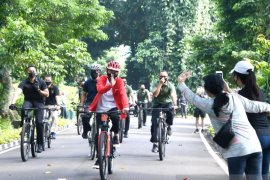 Presiden Jokowi bersepeda sambil bagi-bagi masker di Kebun Raya Bogor