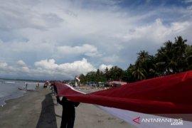 Bendera Merah Putih sepanjang satu kilo meter di bibir wisata Pantan Hamadi-Holtekam
