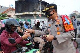 Cegah penularan COVID-19, Kapolrestro Depok bagikan masker kepada pengendara