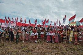 Di perbatasan Indonesia-Malaysia, Bendera merah putih raksasa berkibar