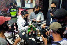 Ratusan miras diamankan polisi di tempat hiburan malam di Serang