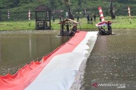 Kopassus bikin momen fenomenal, bentangkan kain merah putih raksasa di Telaga Saat Bogor