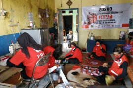 PMI Kota Sukabumi sambut HUT RI dengan bagi-bagi masker merah putih