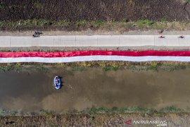 Kain Merah Putih hiasi sungai Cikijing
