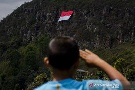 Pemasangan bendera Merah Putih di Gunung Batu
