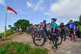 Komunitas sepeda gunung Lombok gelar upacara di atas bukit