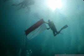 Lanal Banten dan POSSI Cilegon kembali kibarkan Bendera Merah Putih ditengah laut