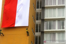 Pengibaran Bendera Merah Putih Dari Gedung Tertinggi di Kalsel