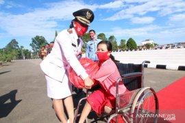 Bupati Karolin beri penghargaan dan hadiah kepada masyarakat dan ASN