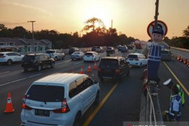 "Lalu lintas padat, Jalan Tol Jakarta-Cikampek arah Jakarta diterapkan ""contraflow"""