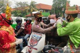 Polrestro Tangerang Kota bagikan masker secara gratis kepada pengemudi