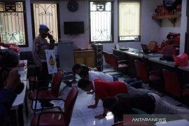 Anggota polisi di Jaktim kena sanksi fisik karena bekerja tanpa masker