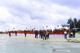 Bupati Malra dan warga arak Merah Putih di Pulau Kelapa