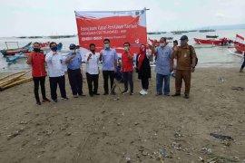 Telkomsel serahkan bantuan 10 unit kapal untuk nelayan Sumur, Pandeglang