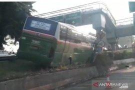 Bus Mayasari Bhakti tersangkut pembatas tol, sopir dan penumpang selamat