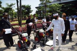 Dedi Mulyadi bagikan alsintan kepada kelompok tani di Purwakarta