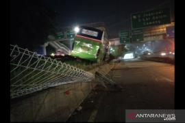 Bus Mayasari  tabrak median pembatas jalan di Tol Kampung Rambutan