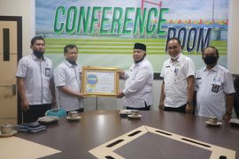 Bupati Tanjabbar terima penghargaan dari BPS