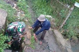 Babinsa Koramil 0226 Carenang bantu petani bedah saluran irigasi