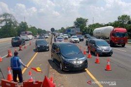 """Arus lalu lintas padat, Jalan Tol Jakarta-Cikampek terapkan """"contraflow"""""""