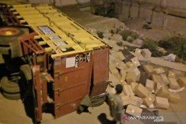 Truk sarat dengan barang bantuan sosial COVID-19  terguling, sembako berserakan di jalan raya