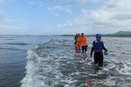 Seorang santri masih hilang akibat terseret ombak di laut Tasikmalaya