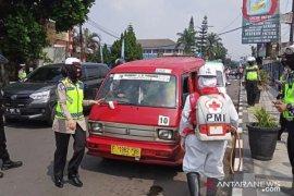PMI Kota Sukabumi lakukan penyemprotan disinfektan terminal dan angkutan umum cegah COVID-19