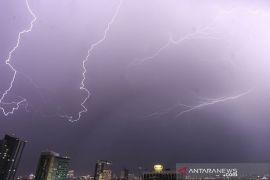 BMKG: Hujan disertai petir dan angin di Jakarta