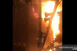 Polisi rekayasa lalu lintas sekitar gedung Kejagung yang terbakar