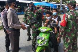 Polisi bagi masker di tengah pasar