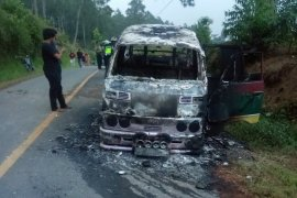 Pulang liburan, mini bus terbakar, sopir dan penumpang selamat